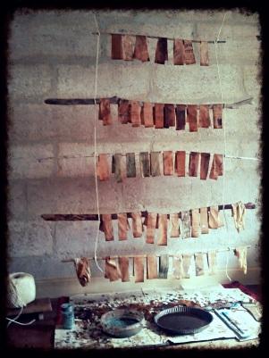 Séchage du papier trempé dans des bains d'ocre et de rouille